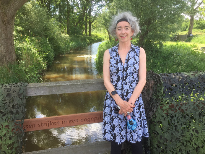 Dichteres Karla Witjens op de brug met de lange dichtregel.