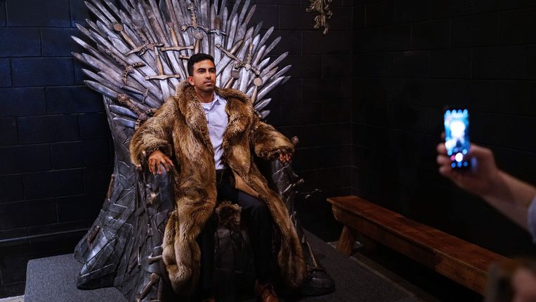 Een fan laat zich fotograferen op de 'IJzeren Troon' in een 'Game of Thrones' pop-up bar in Washington.