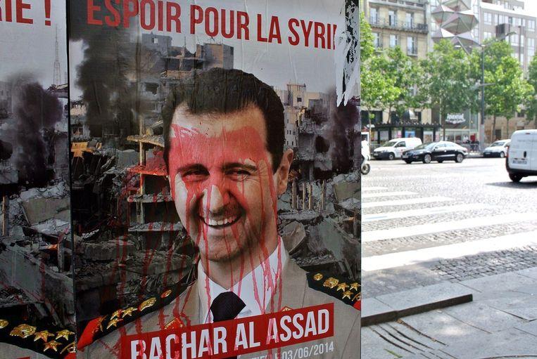 Een nepverkiezingsposter die anti-Assad-activisten hebben opgehangen in Parijs Beeld afp