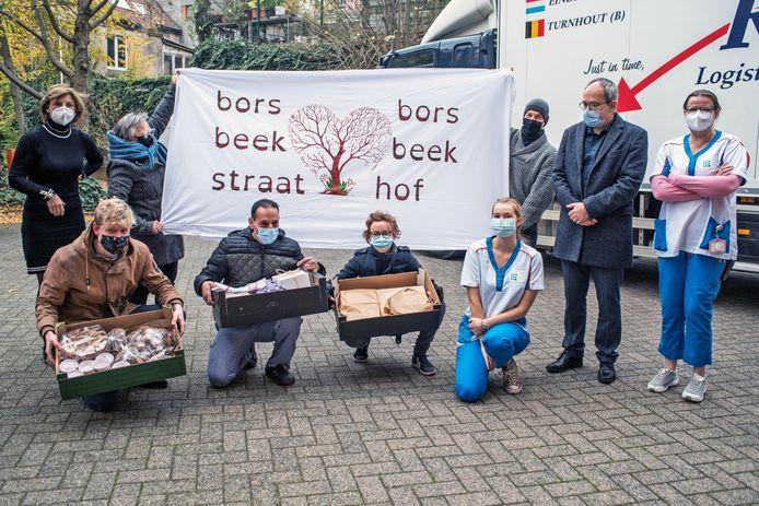De bewoners van de Borsbeekstraat bakken voor de bewoners van WZC Borsbeekhof