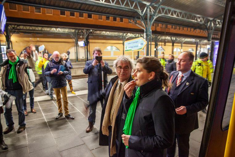NS maakten zaterdagavond een testrit met een hogesnelheidstrein van Groningen naar Den Haag, die vijftien minuten sneller was dan een gewone intercity. D66-politicus Fleur Gräper-van Koolwijk fluit met Roger van Boxtel de trein weg. Beeld null