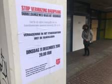Bewoners verlaten woedend stadskantoor tijdens vergadering over Leger des Heils
