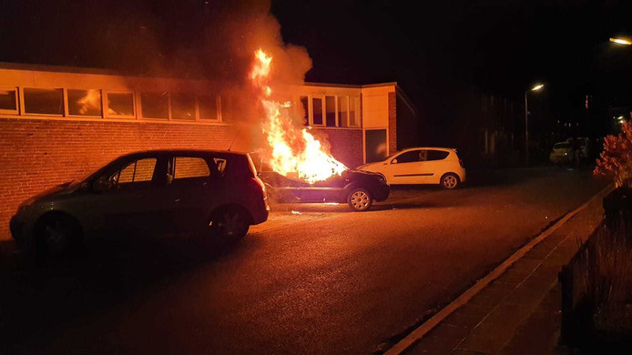 Gestolen auto gaat in vlammen op aan de Scheepvaartweg in Amersfoort.