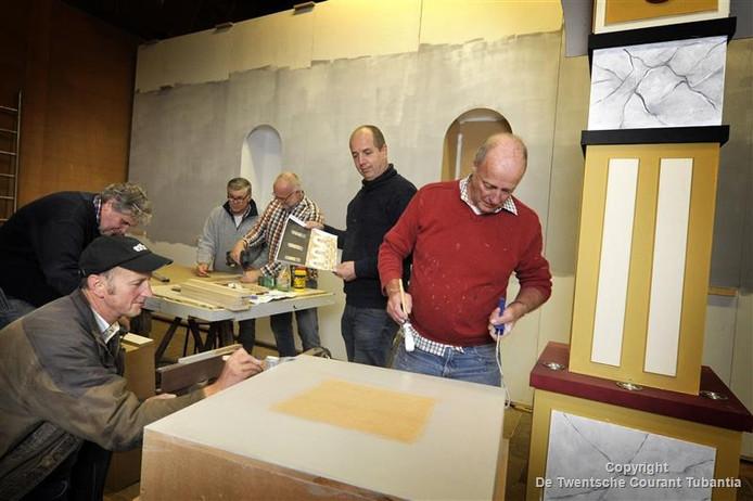Leden de decorgroep druk aan het werk voor de komende voorstellingen van de SNOR. Tweede van rechts Wim Jaspers, bestuurslid.