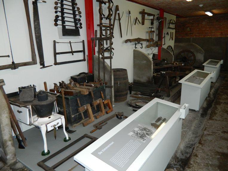In de oude stallen van de Huysmanhoeve staan nu al heel wat materialen van oude ambachten verzameld.