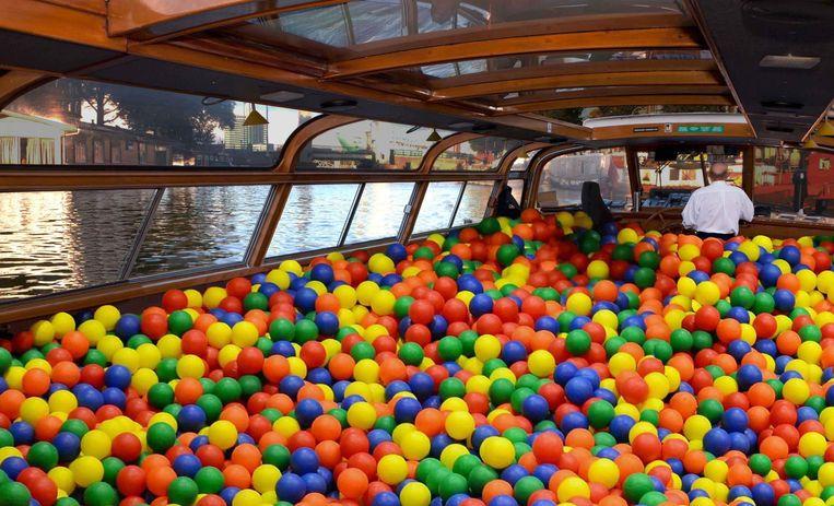 Twintig minuten lang duiken, springen en dansen in de ballenbakboot Beeld Canal Tours Amsterdam