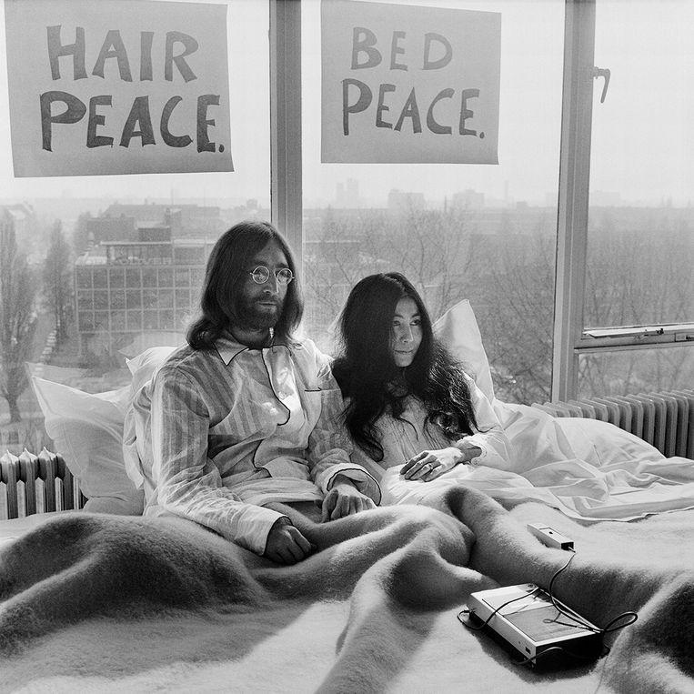 De wereldpers op audiëntie bij John Lennon en Yoko Ono in het Amsterdamse Hilton. Ze bleven een week in bed                           voor de vrede. Beeld Govert de Roos