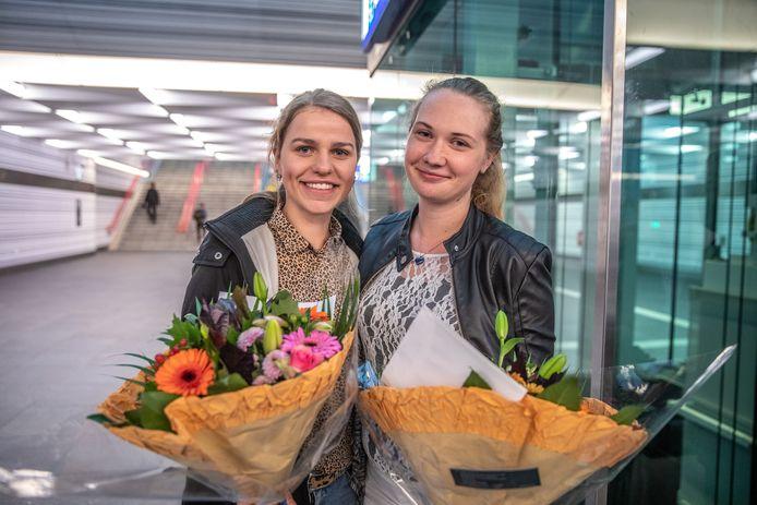 Inge Krol (links) en Roos Klompmaker voorkwamen maandagochtend een tasjesroof in de reizigerstunnel van stadion Zwolle. NS heeft het heldhaftige duo dinsdag in het zonnetje gezet.