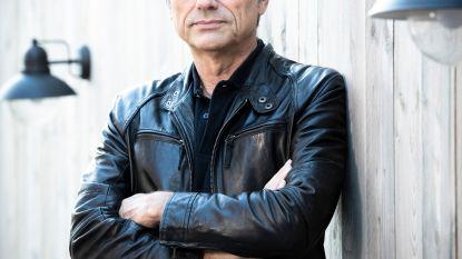 """Jan Leyers trekt weer in z'n eentje op tournee: """"Ik vind mezelf donkerder klinken dan Bart Peeters"""""""