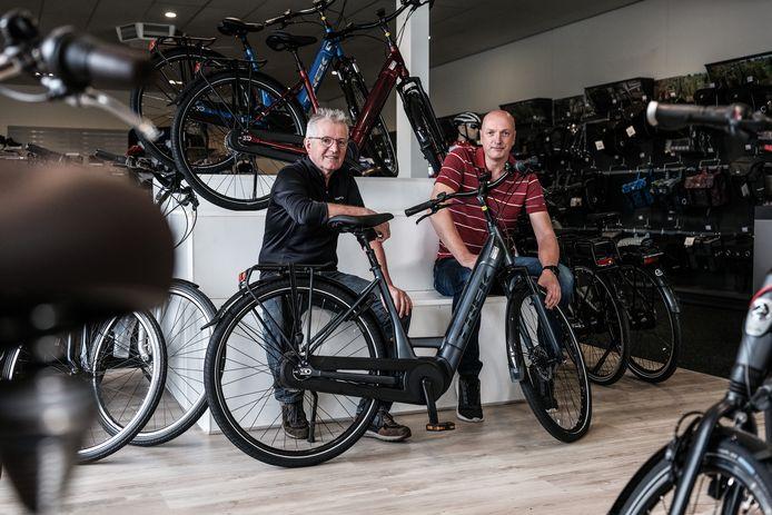"""Henk Goossens (links) en Henk-Jan de Vries in hun zaak. ,,Dat er steeds meer elektrische fietsen worden gestolen, komt ook door de toename ervan."""""""