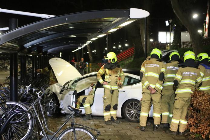 Zowel het fietsenhok als de auto raakten door de botsing zwaar beschadigd.