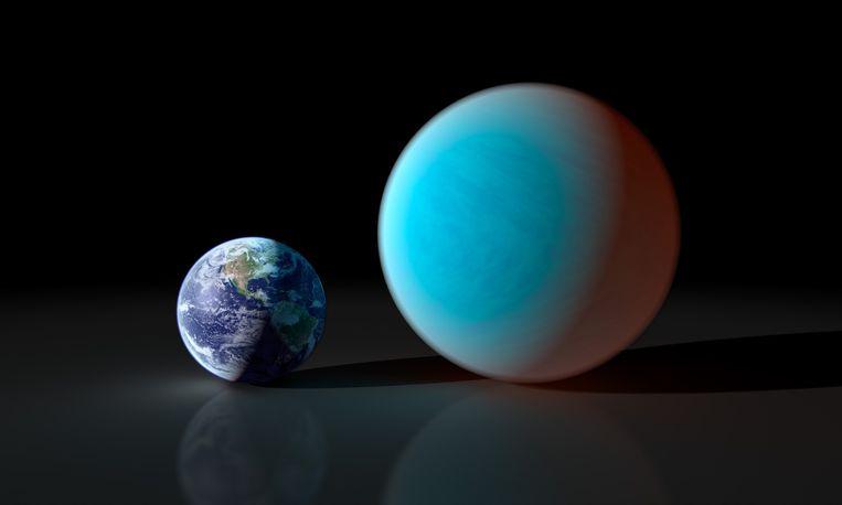 Een illustratie van de exoplaneet 55 Cancri e naast onze aarde. Beeld NASA/JPL-Caltech/R. Hurt (SSC)