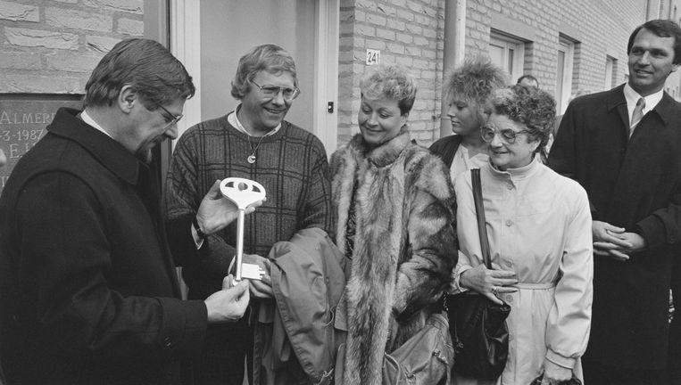 Nieuwe eigenaren van koopwoningen in Almere ontvangen hun sleutel. De afgebeelde sleutel is slechts symbolisch. Beeld anp