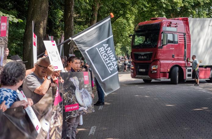 Animal Rights heeft Tomassen wel vaker op de korrel. De actiegroep wil uiteindelijk een verbod op alle eendenfokkerijen in Nederland.