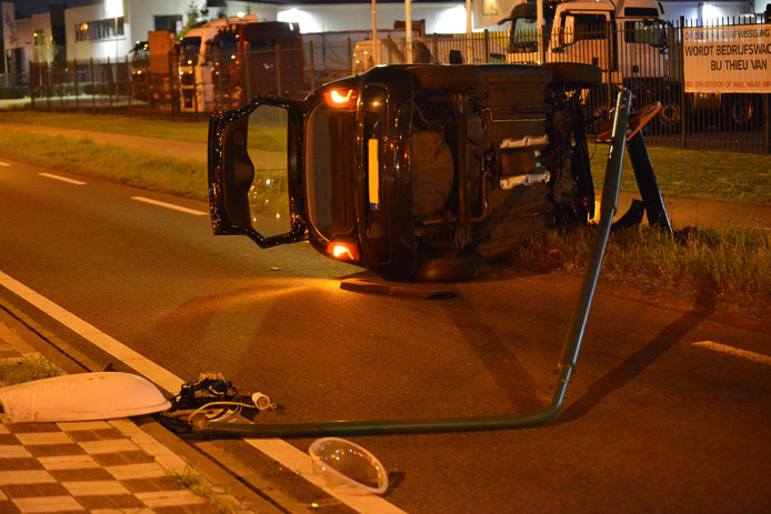 Auto ramt lantaarnpaal en komt op zijkant terecht in Breda.