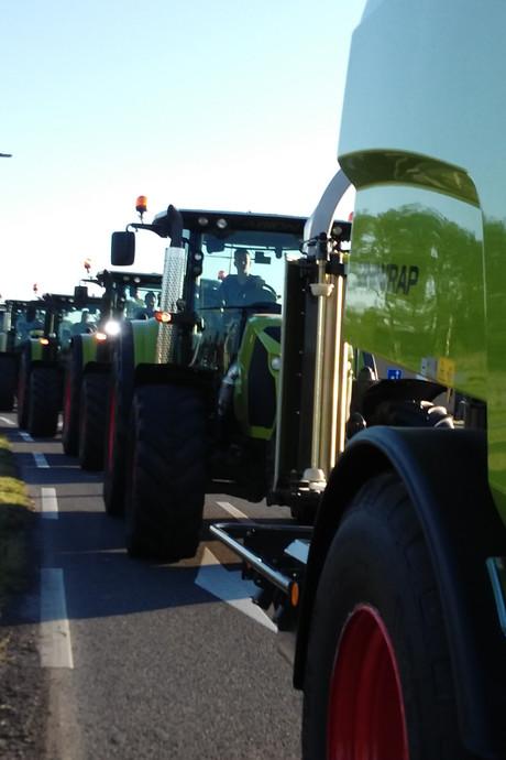 Trekkers in stoet naar wedstrijdterrein voor tractorpulling