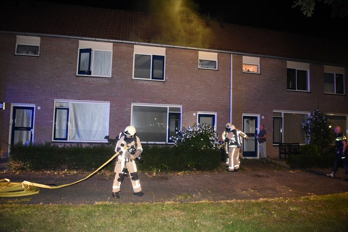 In de nacht van zaterdag op zondag brak er rond 00:25 een zolderbrand uit in een woning aan de J.J.P. Oudstraat in Almelo.