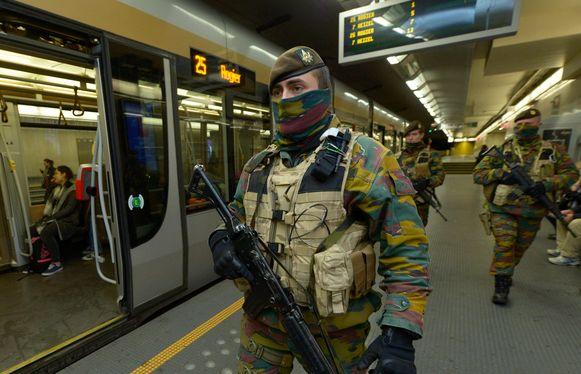 Militairen in het metrostation Montgomery, Brussel. Binnenkort is dat verleden tijd.