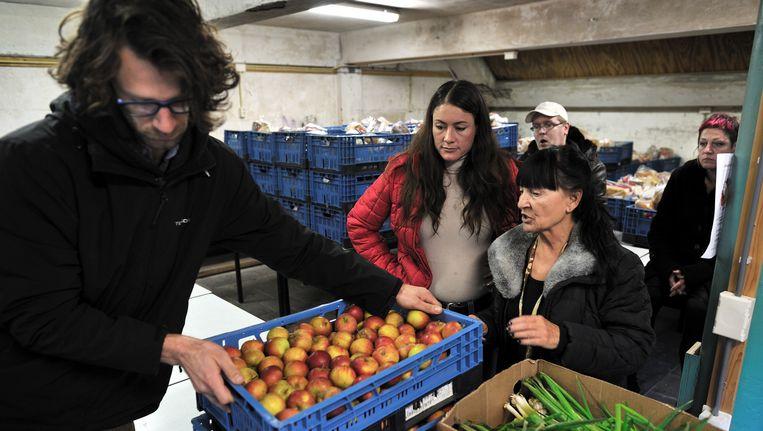 Vrijwilligers bij de voedselbank in Amsterdam. Beeld Joost van den Broek/de Volkskrant