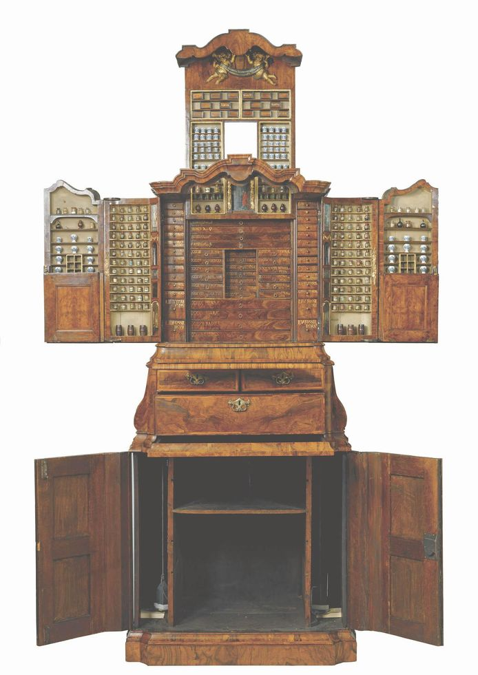 Bij het uitklappen van het museumstuk geeft de kast zijn verborgen waar prijs