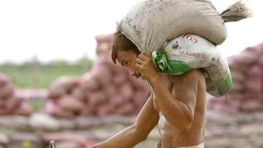 Inwoners bereidden zich deze week voor op de tyfoon, onder meer door zandzakken te stapelen.