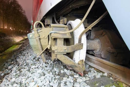 Op deze foto is goed te zien hoe de trein uit de rails is geschoten