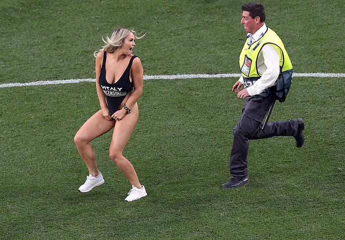 Streaker Kinsey Wolanski rende in de 20ste minuut van de Champions League-finale in Madrid het veld op.