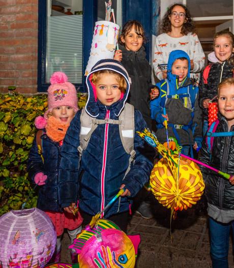 Kinderen in Plaswijck trotseren regenbuien, maar worden wel overladen met snoep