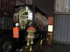 Brandweer haalt lekkende container met gevaarlijke stof van binnenvaartschip