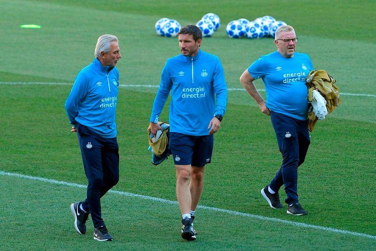 Trainer Mark  van Bommel (midden) is terug in het stadion van FC Barcelona, de club waarmee hij in het seizoen 2005-2006 als speler de Champions League won. Links adviseur en schoonvader Bert van Marwijk.  Beeld null