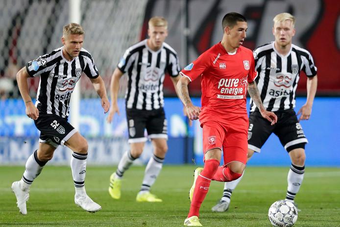 Aitor Cantallapiedra aan de bal namens Twente. Rechts achter hem Mats Knoester.