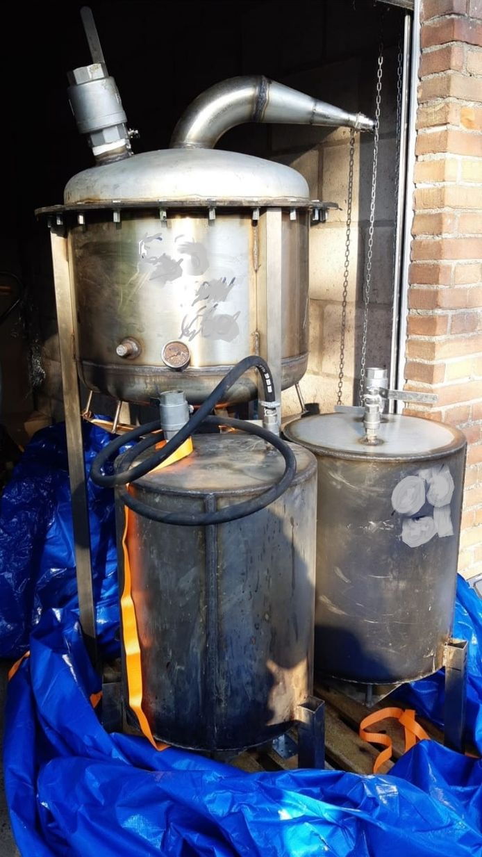 In de garagebox stonden ketels waarmee synthetische drugs geproduceerd worden.
