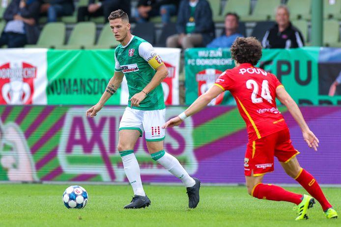 Kevin Jansen van FC Dordrecht wordt onder druk gezet door Mael Corboz van Go Ahead Eagles.