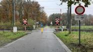 Infrabel weert auto's aan overweg Nieuwendijk
