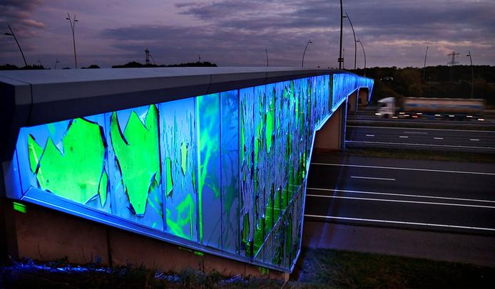 Aan viaduct bij de HTC in Eindhoven raakt de folie los