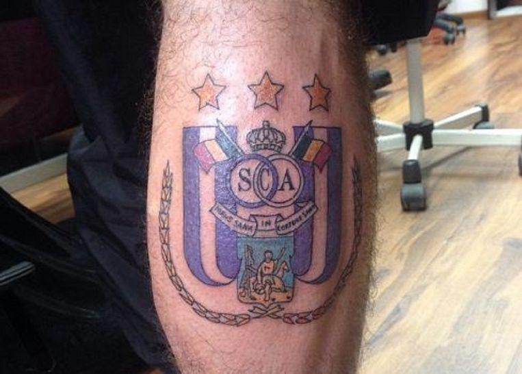 Op de plek van de blessure liet de Pool een grote tatoeage van het embleem van Anderlecht zetten.