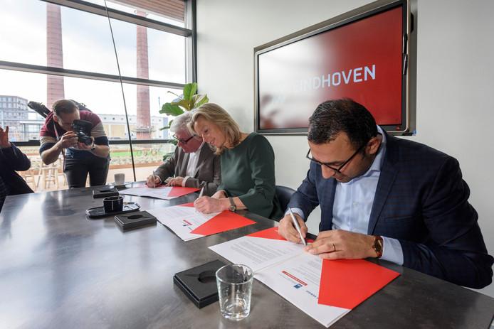 Minister Kajsa Ollongren tekent de Woondeal die ze heeft gesloten met Eindhoven en de provincie