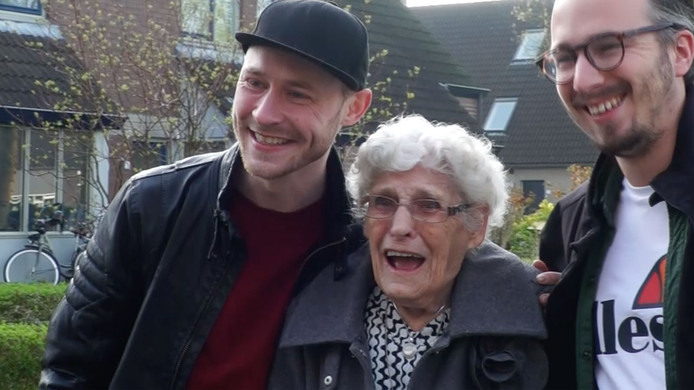 Oma To met links haar 'ondeugende' kleinzoon Tim die haar genomineerd heeft.