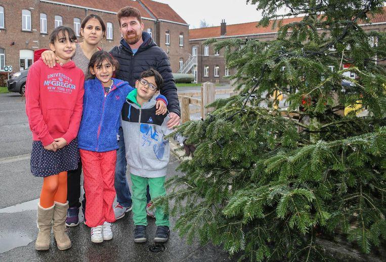 """""""In Irak vierden we zelf geen Kerstmis of Nieuwjaar, maar we vinden de sfeer die hier nu in België hangt heel gezellig"""", vertelt het gezin Alrfaaealseade."""