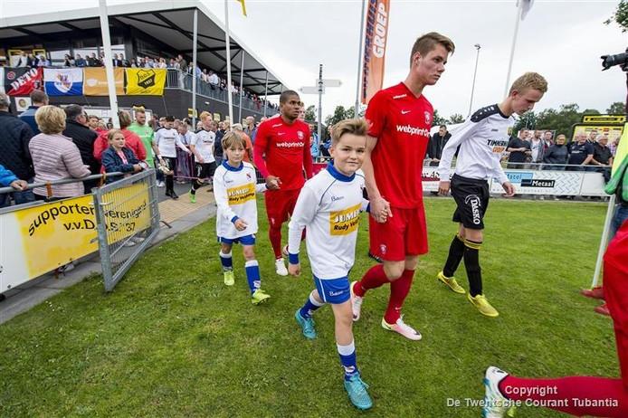 Droom voor jeugdleden uit Twenterand, samen met je voetbalhelden van FC Twente het veld oplopen.
