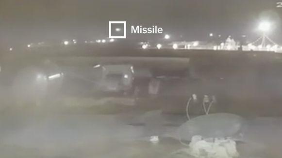 Op nieuwe videobeelden is te zien hoe twee raketten op het vliegtuig inslaan. De beelden zijn door The New York Times geverifieerd.