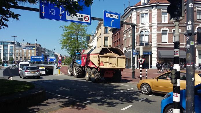 Tractor verspert weg voor doorgaand verkeer Arnhem, Willemstunnel.