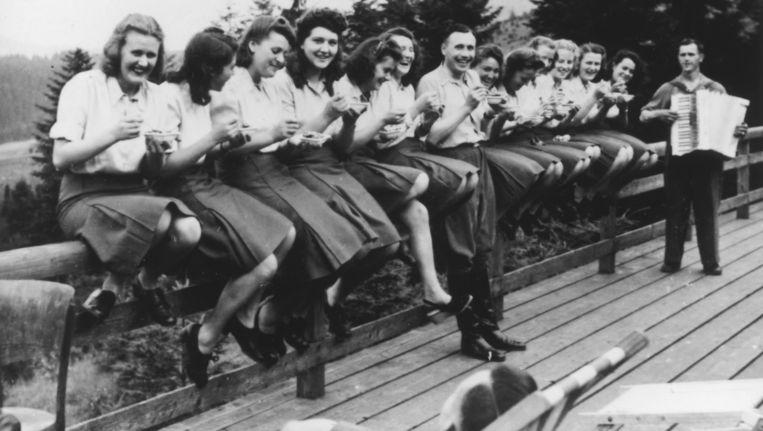 Op het terras van de Solahütte, Polen 1944. In het midden Karl Friedrich Höcker. Beeld United States Holocaust Memorial Museum