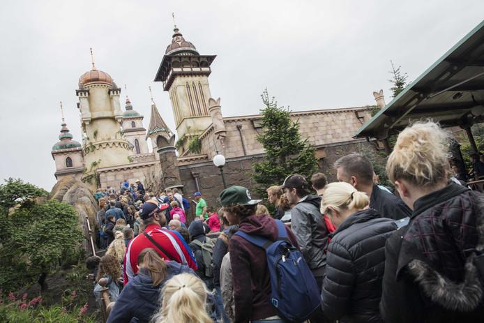 Bezoekers van de Efteling staan in de rij voor een bezoek aan de nieuwe attractie Symbolica. De darkride heeft een belangrijke prijs gewonnen.