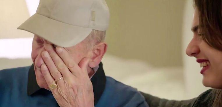 René en Olga in tranen tijdens verrassingsmoment.