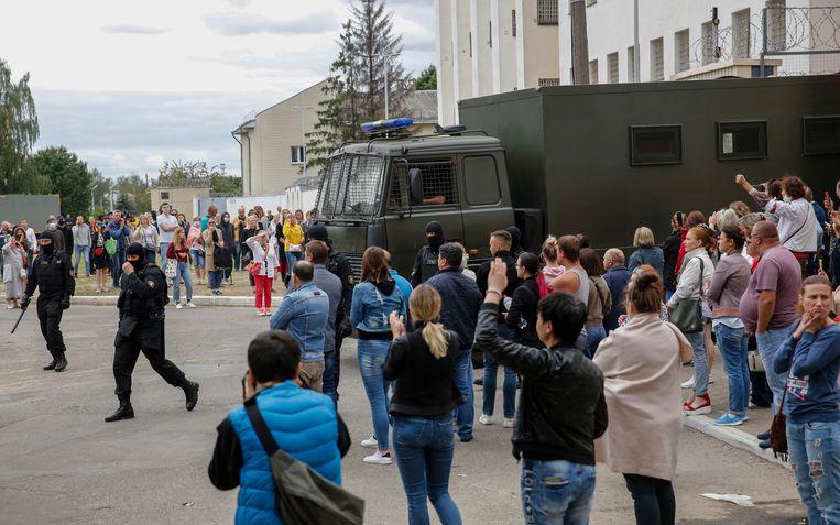 Boze burgers bij een tijdelijke gevangenis waar hun familieleden werden naartoe gebracht na arrestatie op de protesten.