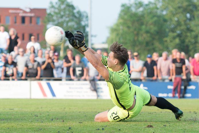 Luuk Teurlinx stopt de strafschop van Schevening in de nacompetitie in 2017.
