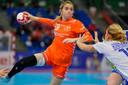 De Nederlandse handbalster Estavana Polman in actie tijdens de halve finale wedstrijd tegen Rusland op het WK handbal: 'En ach: een wereldtitel is leuk, maar olympisch goud is nog leuker.'