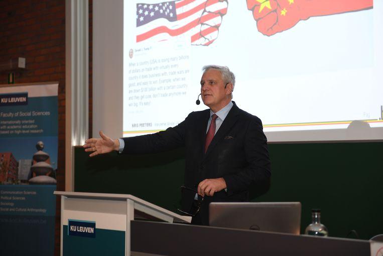 Het gastcollege van minister Kris Peeters werd druk bijgewoond door de Leuvense studenten.