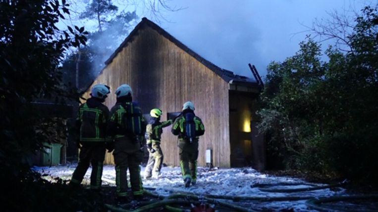 De brandweer blust een chalet op de Bleekvenweg in Wuustwezel.